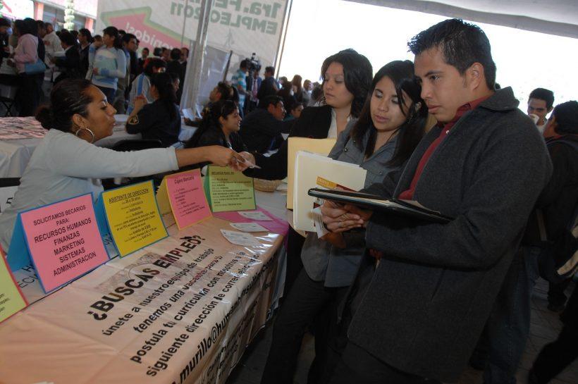 Jovenes buscando oportunidades laborales durante una Feria del Empleo