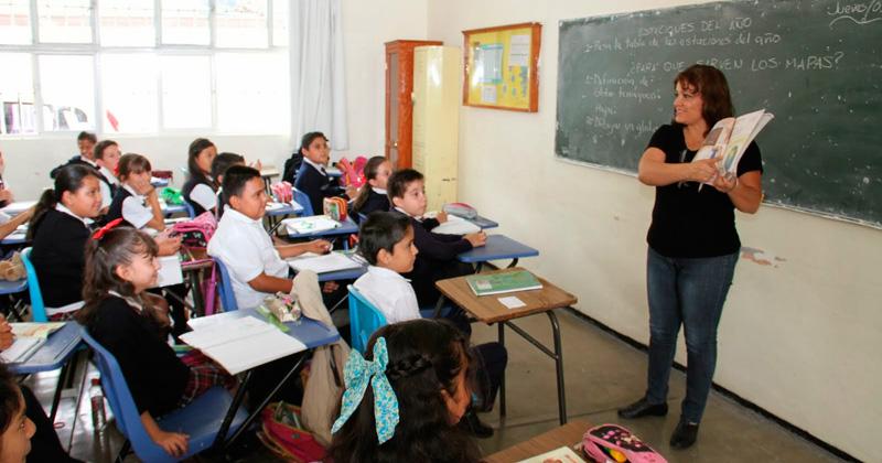 Maestra dando clases en Ciudad Victoria
