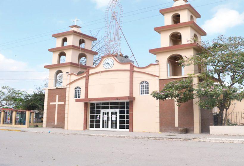 Iglesia principal de Estacion Manuel, frente a la plaza principal